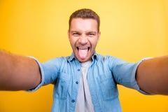 Autoportrait d'homme attirant, fou, frais avec le poil, souche Photographie stock