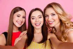 Autoportrait de gentilles, attirantes, mignonnes trois filles avec le lancement photos libres de droits