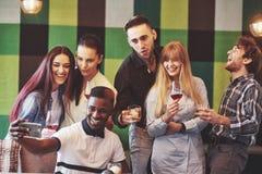 Autoportrait de l'unité de métis des amis africains, américains, asiatiques, caucasiens, des hommes barbus heureux et des belles  Photo stock