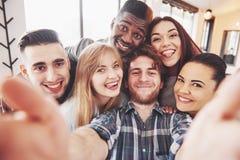 Autoportrait de l'unité de métis des amis africains, américains, asiatiques, caucasiens, des hommes barbus heureux et des belles  Photos stock