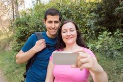 Autoportrait de la jeune hausse de couples images libres de droits