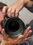 Autoportrait des mains dans le miroir tenant une caméra de SLR images libres de droits