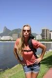 Autoportret blond młody backpacker przy Rio De Janeiro. Obraz Royalty Free
