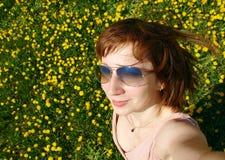 Autoportret uśmiechnięta dziewczyna na dungelion polu Zdjęcia Royalty Free