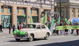 Autoproduktion in der festlichen Demonstration der Fünfziger Jahre Stockfoto