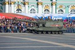 ` Autopropulsé de Msta-S de ` de deux bâtis d'artillerie photo stock
