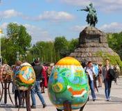 Autorów pracy malujący Wielkanocni jajka Obrazy Stock