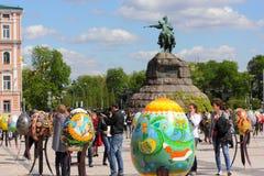 Autorów pracy malujący Wielkanocni jajka Obrazy Royalty Free