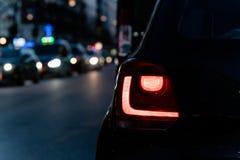 Autorücklicht an Verkehr der linken Seite stockbild