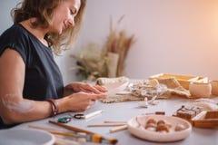 Autor que adorna, fabricación del cuenco de la arcilla de la cerámica Fotos de archivo