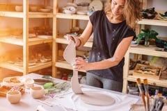 Autor que adorna, fabricación del cuenco de la arcilla de la cerámica Imagen de archivo