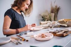 Autor que adorna, fabricación del cuenco de la arcilla de la cerámica Imagenes de archivo