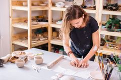 Autor que adorna, fabricación del cuenco de la arcilla de la cerámica Foto de archivo libre de regalías