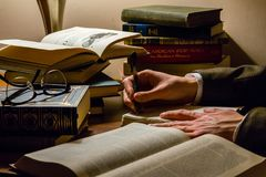 Autor que estudia otros trabajos literarios imagen de archivo libre de regalías