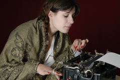 autora żeński stary maszyna do pisania pisać na maszynie Zdjęcia Royalty Free