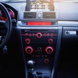Autoradio- und Klimaanlagensystem Knopf auf Armaturenbrett in der modernen Autoplatte stockfotografie