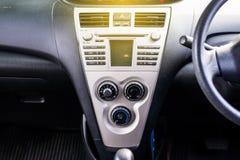 Autoradio- und Klimaanlagensystem, Knopf auf Armaturenbrett im schmutzigen Auto lizenzfreie stockfotografie