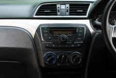 Autoradio und Luftsystem, Knopf auf Armaturenbrett in der schmutzigen Autoplatte lizenzfreie stockfotografie