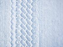 Autoradspur im Schnee Lizenzfreie Stockfotos