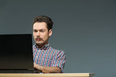 Autore che scrive al computer Fotografia Stock Libera da Diritti