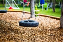 Autoreifen als Schwingen auf einem Spielplatz, Lizenzfreie Stockfotos