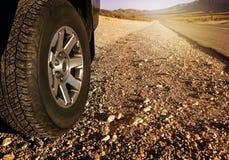 Autoreifen auf Schotterweg Stockfotos