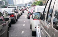 Autoreihe in der schlechten Verkehrsstraße Stockfotos