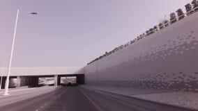 Autoreise auf den Straßen des Haupt-Abu Dhabi-Vorratgesamtlängenvideos stock video