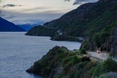 Autoreise auf Neuseeland-kurvenreicher Straße stockfoto