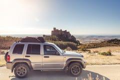 Autoreise mit Schloss im Hintergrund, Spanien stockfotografie