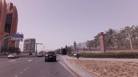 Autoreise nahe dem Hotel Emirat-Palast im Abu Dhabi-Vorratgesamtlängenvideo stock video footage