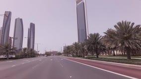 Autoreise nahe den Wolkenkratzern Etihad ragt in Abu Dhabi-Vorratgesamtlängenvideo hoch stock video footage