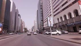 Autoreise nahe den Wolkenkratzern im Abu Dhabi-Vorratgesamtlängenvideo stock footage