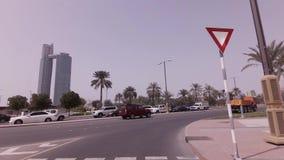 Autoreise nahe den Wolkenkratzern im Abu Dhabi-Vorratgesamtlängenvideo stock video