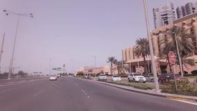 Autoreise nahe Sheraton Abu Dhabi Hotel und Erholungsort in Abu Dhabi auf Lager Gesamtlängenvideo stock video footage