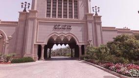 Autoreise um den Hotel Emirat-Palast im Abu Dhabi-Vorratgesamtlängenvideo stock footage