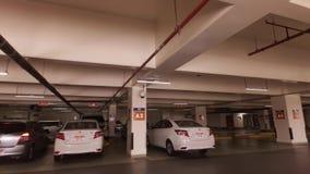 Autoreise um den Hotel Emirat-Palasteingang zum Parken für Gäste im Abu Dhabi-Vorratgesamtlängenvideo stock footage
