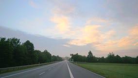 Autoreise während des Sonnenaufgangs