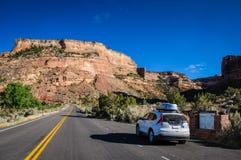 Autoreise zu Colorado-Nationaldenkmal Stockfoto