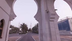 Autoreise zu Sheikh Zayed Grand Mosque im Abu Dhabi-Vorratgesamtlängenvideo stock video footage