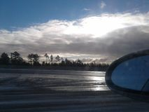 Autoreisesonnenuntergang lizenzfreies stockfoto