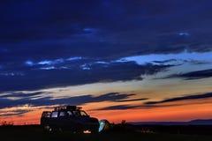 Autoreizigers bij zonsondergang in de bergen in de Noord-Kaukasus royalty-vrije stock foto's