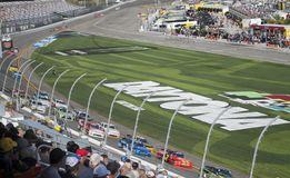Autorennen und Fans schließen oben NASCAR, Daytona-International lizenzfreies stockbild