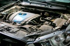 Autoreparatie in de autodienst Vuile motor vóór het wassen, close-up royalty-vrije stock afbeeldingen