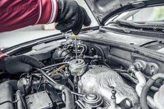 Autoreparatur Unter der Haube des Autos Stockfotografie