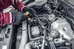 Autoreparatur Unter der Haube des Autos Lizenzfreies Stockbild
