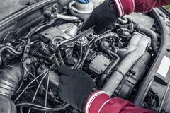 Autoreparatur Unter der Haube des Autos Stockbilder