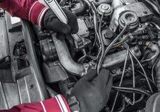 Autoreparatur Unter der Haube des Autos Lizenzfreie Stockfotografie