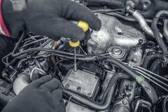 Autoreparatur Unter der Haube des Autos Stockfoto