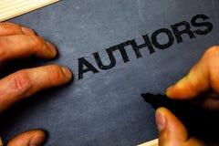 Autori del testo di scrittura di parola Concetto di affari per il bla della tenuta della tenuta di Creator Man del compositore di fotografie stock